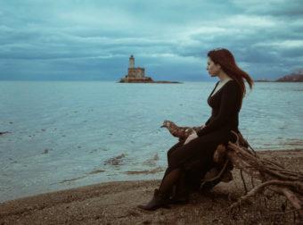 Τη μοναξιά την αντέχουν μόνο όσοι έχουν ερωτευτεί απόλυτα κι έχουν προδοθεί εξίσου.