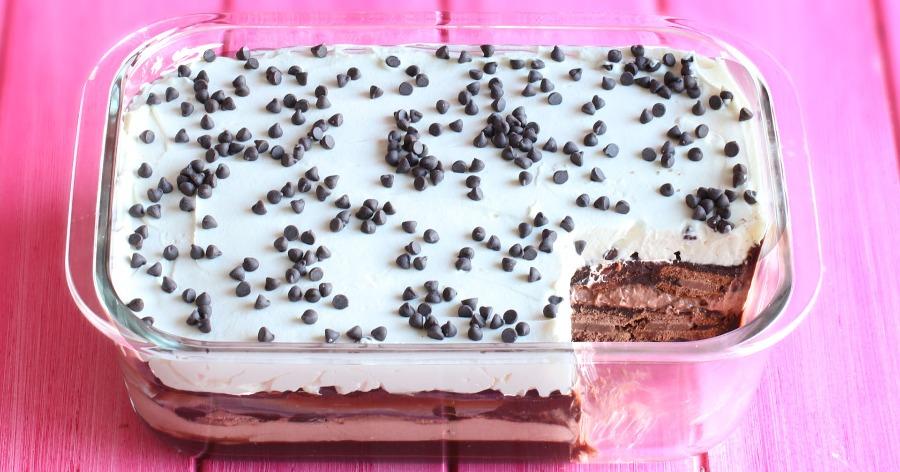 Πανεύκολο σοκολατένιο γλυκό ψυγείου με μπισκότα για να εντυπωσιάστε τους καλεσμένους σας