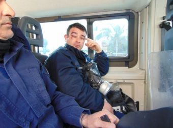 Χίος: Κάτοικοι μπήκαν στο ξενοδοχείο που μένουν τα ΜΑΤ και τους ξuλοκόπησαν!