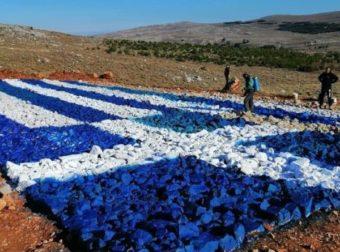 Χίος: Έλληνες έβαψαν πέτρες και έφτιαξαν τεράστια Ελληνική σημαία