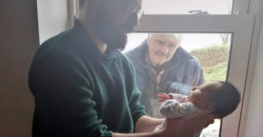Η συγκινητική στιγμή που παππούς βλέπει για πρώτη φορά το νεογέννητο εγγόνι του εν μέσω καραντίνας