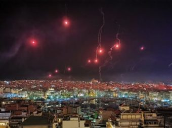 Πάσχα 2020 : «Κοκκίνισε» ο ουρανός στον Πειραιά την ώρα της Ανάστασης