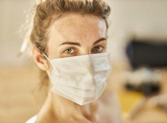 Κορονοϊός – Μετάδοση: Σε πόσες μέρες εκδηλώνονται τα πρώτα συμπτώματα αφού κολλήσει κάποιος