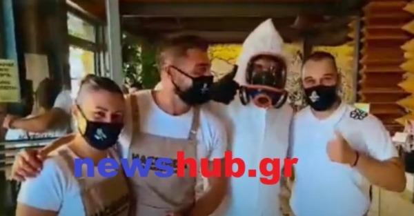 Κρήτη: Ντύθηκε… αστροναύτης για να πάει για καφέ και φαγητό