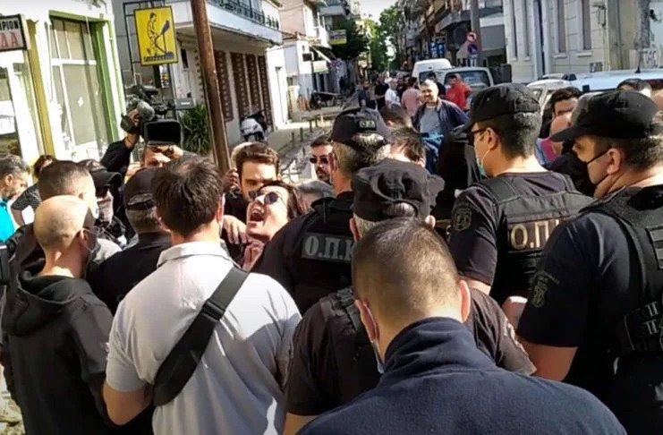 Διαμαρτυρίες πολιτών για Μητσοτάκη στην Καρδίτσα – Ούρλιαζαν «παραιτηθείτε»