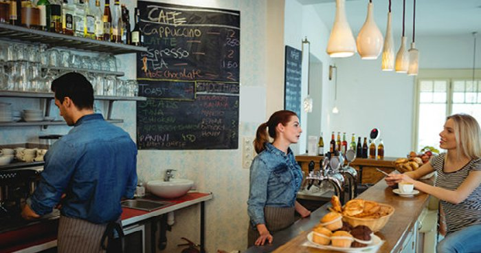 To πανέξυπνο κόλπο ενός ιδιοκτήτη καφέ για να «διδάξει» στους πελάτες του πως να είναι ευγενικοί