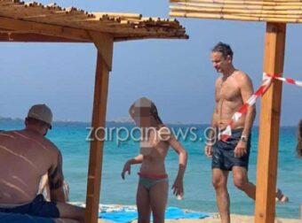 Με μαγιό και σαγιονάρα στην παραλία η προσωπική ασφάλεια του πρωθυπουργού