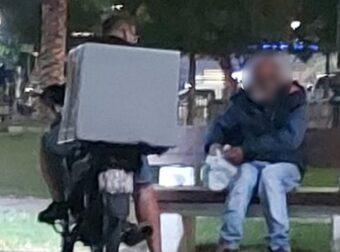 Διανομέας που έδωσε φαγητό σε άστεγο: «Του είπα πάρε να φας, υπάρχει Θεός για όλους»